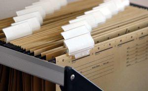 Mithilfe eines Aktenschranks Ordnung im Büro halten